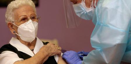 Araceli, la primera mujer en recibir la vacuna en España