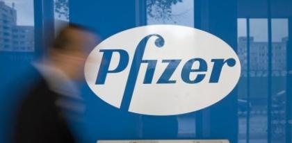 FILED - 06 October 2008, Berlin: A man walks past the logo of the multinational pharmaceutical corporation Pfizer in Berlin. Drug-maker Pfizer says the company may know by the end of October whether its coronavirus vaccine is effective and safe, chief executive Albert Bourla said on Monday. Photo: Arno Burgi/dpa-Zentralbild/dpa Servicio Ilustrado (Automático) (Foto de ARCHIVO) 06/10/2008 ONLY FOR USE IN SPAIN