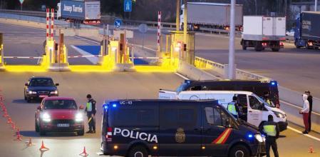 Control de la Policia Nacional en el primer peaje de la AP7 pocediendo de Francia por la frontera en La Jonquera. Pere Duran / Nord Media