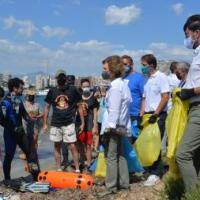 La reina Sofía recoge colillas y plásticos en una playa de Alicante