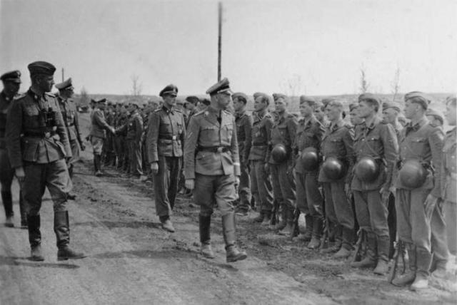 Himmler revisa la división SS Viking en septiembre de 1942. Foto: Wikimedia Commons / Bundesarchiv, Bild 101III-Moebius-146-06 / Möbius / CC-BY-SA 3.0.