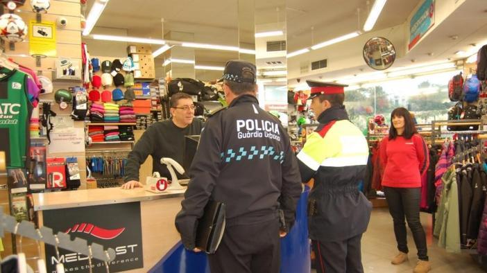 La policía refuerza la vigilancia de las zonas comerciales durante las fechas navideñas