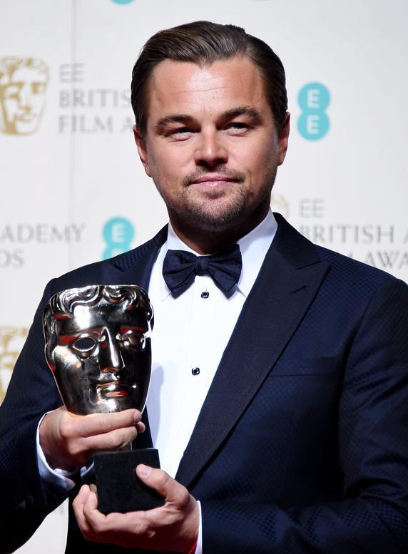 Leonardo DiCaprio posa con su Bafta al mejor actor