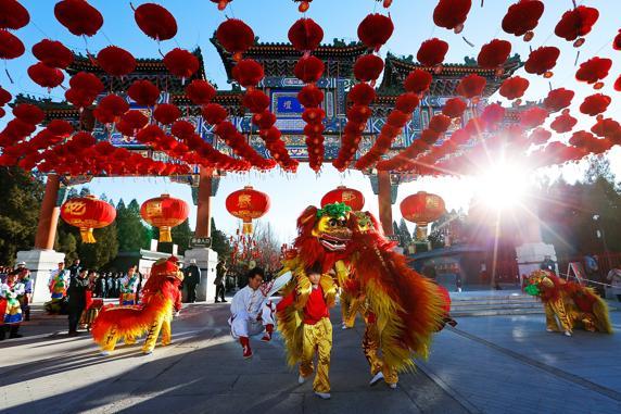 Artistas populares chinos durante la ceremonia de apertura de la feria del templo la Tierra, Pekín