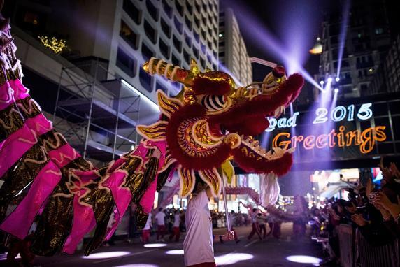 El desfile de carrozas iluminadas de Hong Kong en durante el Año Nuevo chino