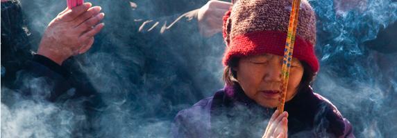 Orar en los templos durante el Nuevo Año Chino es símbolo de buena fortuna