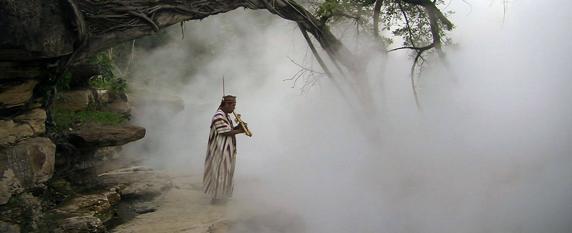 Un indígena toca su música junto al hirviente Shanay-timpishka | Facebook | boilingriver