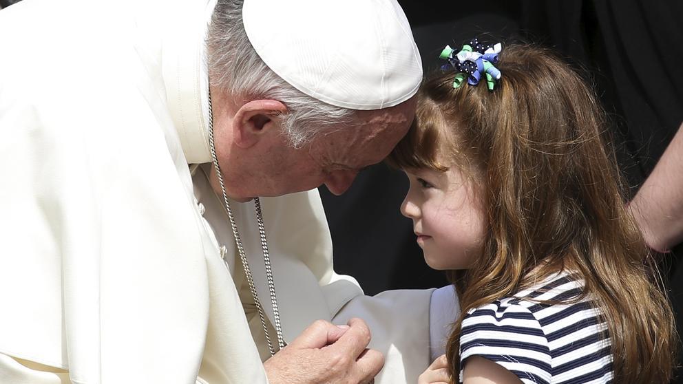 El papa Francisco cumple el deseo de una niña que perderá la vista y el oído