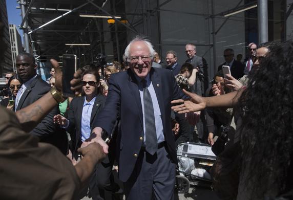 Sanders saluda a simpatizantes en las calles de Nueva York