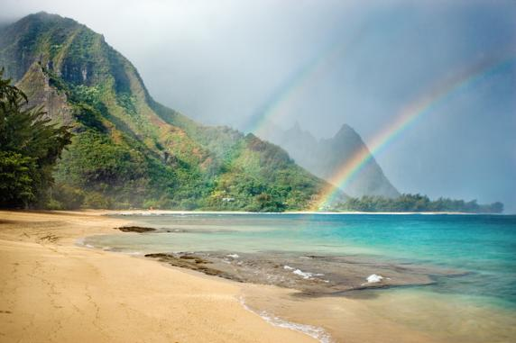 Un impresionante arco iris en una playa de Bali