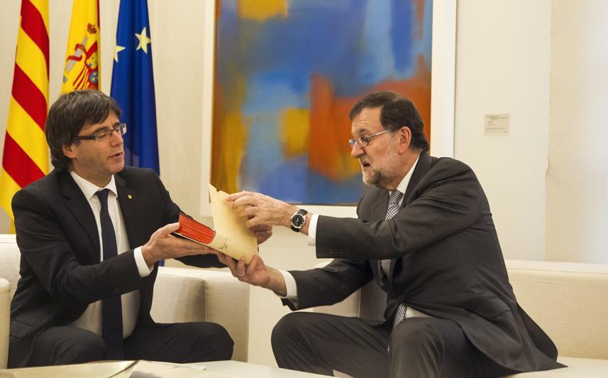 Rajoy y Puigdemont deciden abrir un respiradero al choque frontal