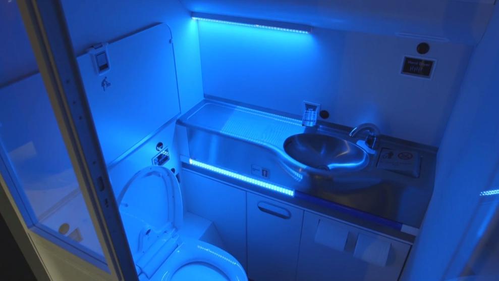 Descubre cómo es el baño de avión que se limpia solo