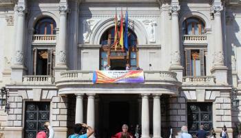 Bronca en el pleno de Valencia por el uso del balcón del Ayuntamiento con una pancarta republicana