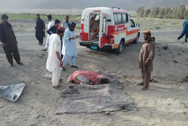 Un cuerpo no identificado cerca del vehículo alcanzado por un ataque aéreo de las fuerzas de EE.UU. en la frontera entre Pakistán y Afganistán . AFP