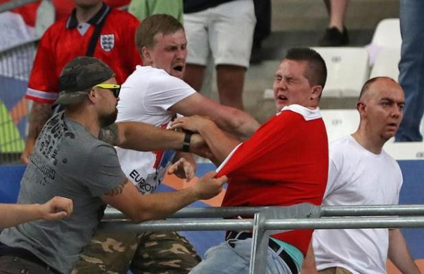 Seguidores rusos atacan a  un fan inglés en el estadio de Marsella