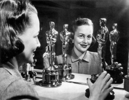 Una feliz Olivia de Havilland con sus dos Oscar en una imagen de 1950