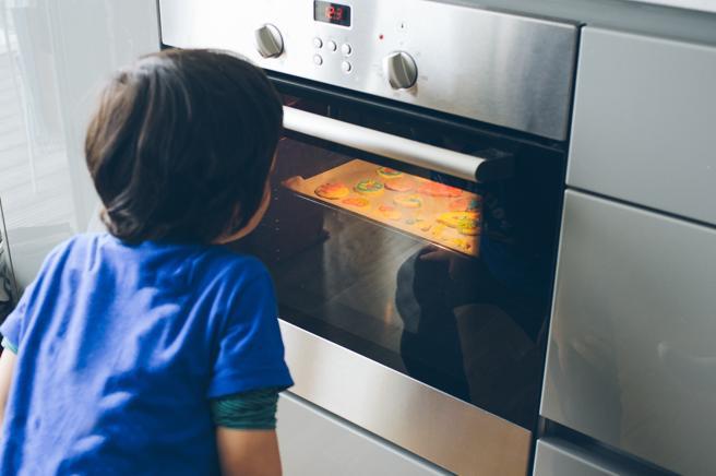 Se debe intentar no abrir el horno mientras esté encendido