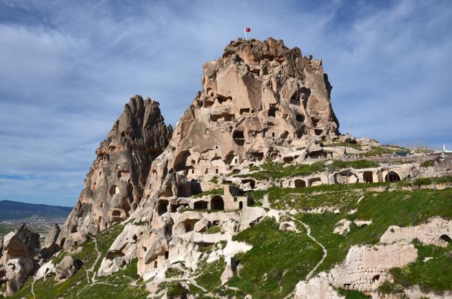 El castillo de Uchisar es una fortaleza excavado en la roca moldeable de la Capadocia, Turquíar
