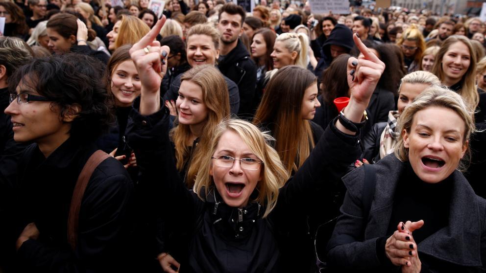 Polonia vive una huelga general femenina en protesta contra la posible prohibición del aborto