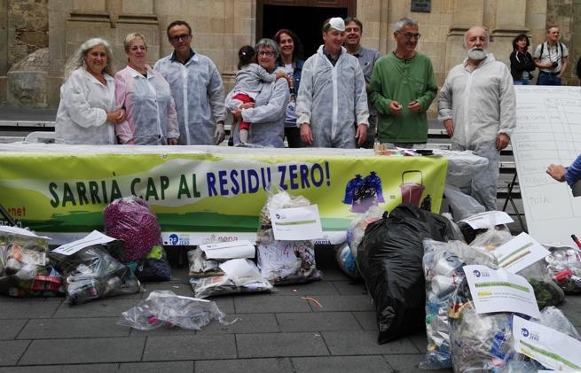 Miembros del  Centre d'Ecologia i Projectes Alternatius (Cepa) y la Associació de Veïns de Sarrià analizaron el material reutilizable que arrojamos diariamente