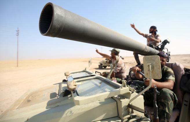 Los combatientes chiítas de las Fuerzas Populares de Movilización llegan a una zona al sur de Mosul