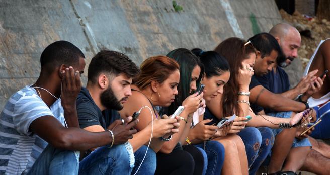Varias personas se conectan a internet dos días después del fallecimiento del líder cubano Fidel Castro en La Habana (Cuba)
