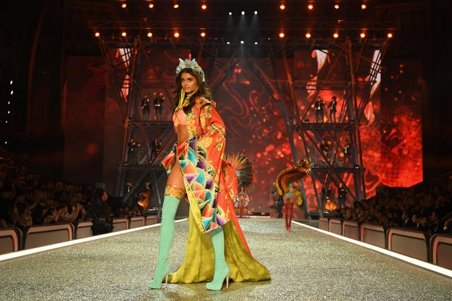 Taylor Hill desfila en el Victoria's Secret Fashion Show