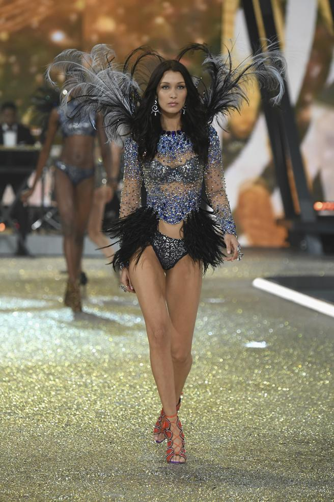 Bella Hadid desfila en el Victoria's Secret Fashion Show