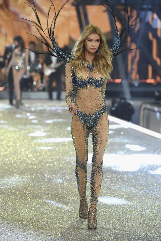 Stella Maxwell desfila en el Victoria's Secret Fashion Show