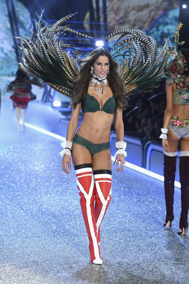 Izabel Goulart desfila en el Victoria's Secret Fashion Show