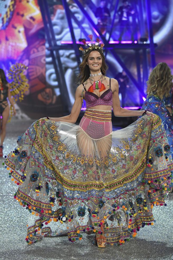 Barbara Fialho desfila en el Victoria's Secret Fashion Show