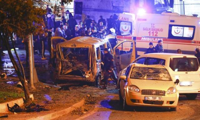La policía llega al lugar de una de las explosiones en el centro de Estambul, Turquía