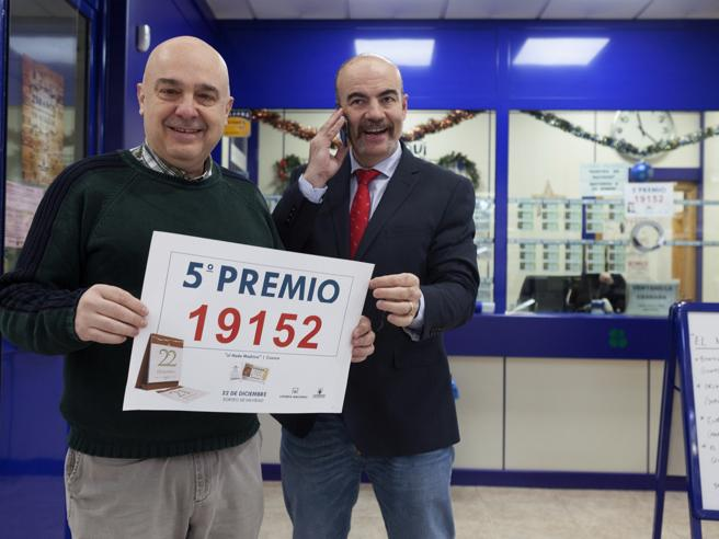 Those responsible for the Lottery Administration Nº8 of Cuenca celebrate after verifying that they have sold one of the fifth prizes of the Christmas draw, number 19,152, awarded € 60,000 to the series.