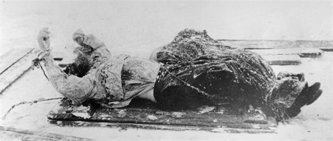 El cadáver de Rasputín en un trineo