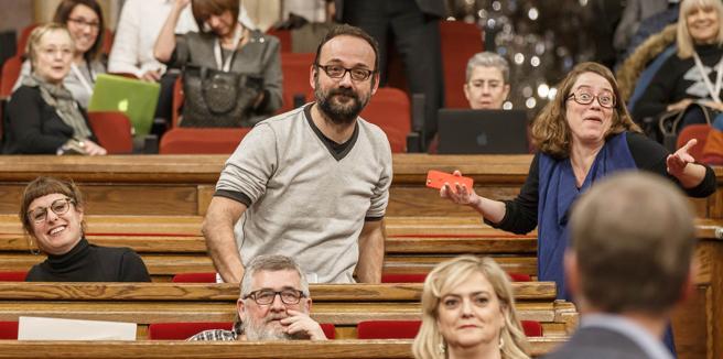 Los diputados de la CUP, Mireia Vehi, Benet Salellas y Eulàlia Reguant, durante la sesión de presupuestos del pasado mes de diciembre