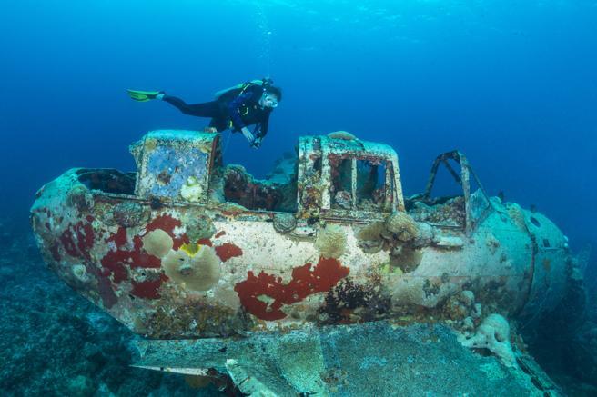 Barcos hundidos buceando en Indonesia