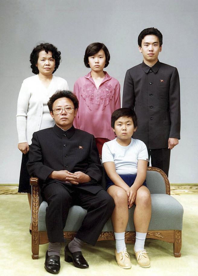 Fotografía sin fechar tomada en 1981 en un lugar sin especificar y que muestra a Kim Jong-nam (d, adelante), el hermano medio del líder norcoreano Kim Jong-un, junto con su padre, el fallecido líder Kim Jong-il (i, adelante). EFE/Yonhap/PROHIBIDO SU USO EN COREA DEL SUR