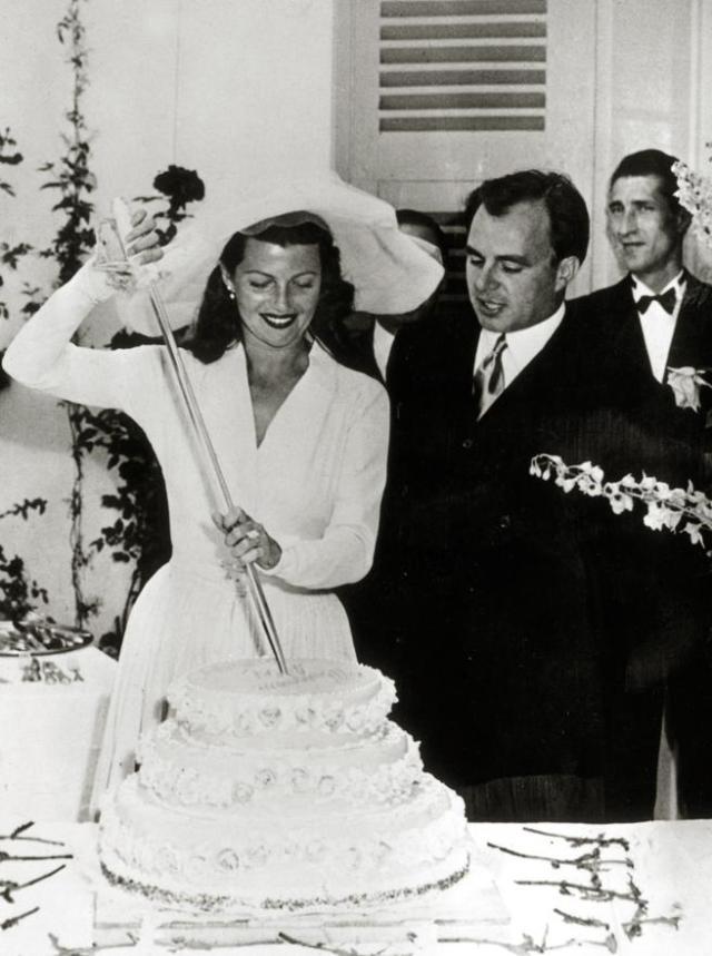 Rita Hayworth corta el pastel el día de su boda con el príncipe Ali Khan