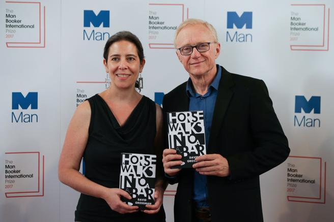 La traductora Jessica Cohen y David Grossman