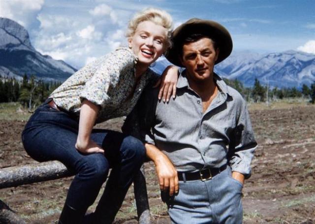 Robert Mitchum y Marilyn Monroe en el rodaje de 'Río sin retorno'