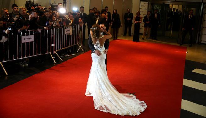 El vestido de la mujer de Messi contaba con una elegante cola