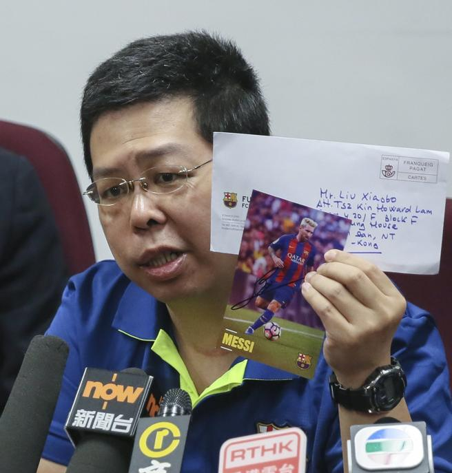 Howard Lam muestra la foto de Messi y la carta que le envió el Barça