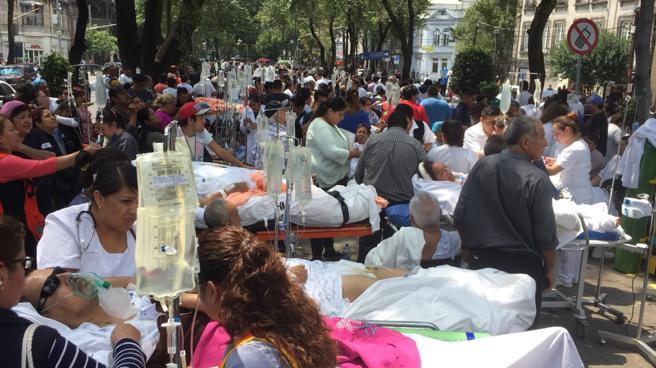 Varios pacientes son evacuados tras el sismo en Ciudad de México