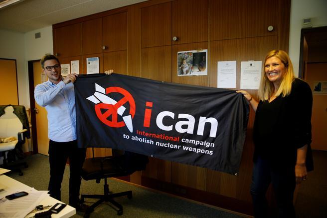Beatrice Fihn, directora ejecutiva del ICAN, y al coordinador Daniel Hogsta celebran el Premio Nobel de la Paz 2017 desde Ginebra