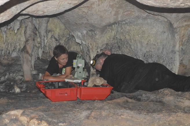 Arqueólogos trabajando en una de las cuevas de la isla de Mona