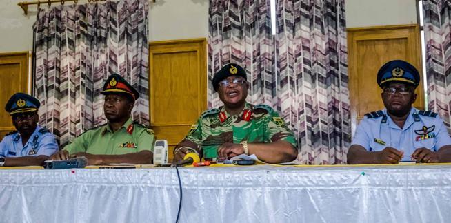 El jefe de las fuerzas de defensa de Zimbabue , Constantino Chiwenga, da una rueda de prensa el pasado lunes