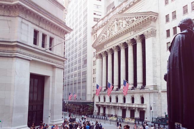 Edificio de la Bolsa de valores en Wall Street. De espaldas, la estatua de George Washington en el Federal Hall