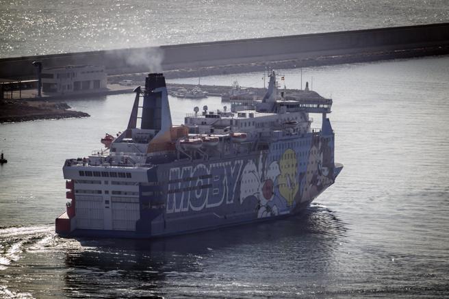 El barco Moby Data - Piolin - zarpando del puerto de Barcelona