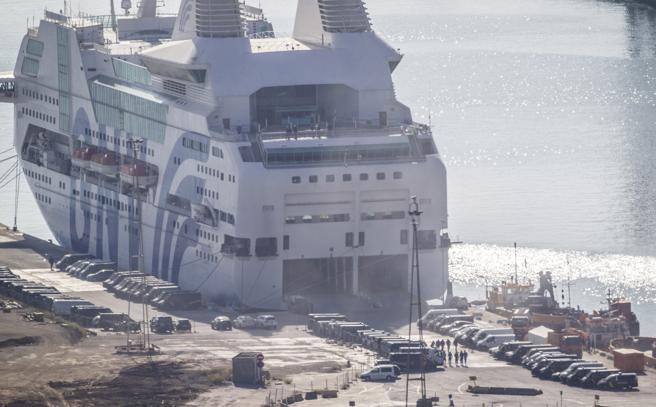El GNV Azzurra, otro de los barcos donde se alojaban los agentes