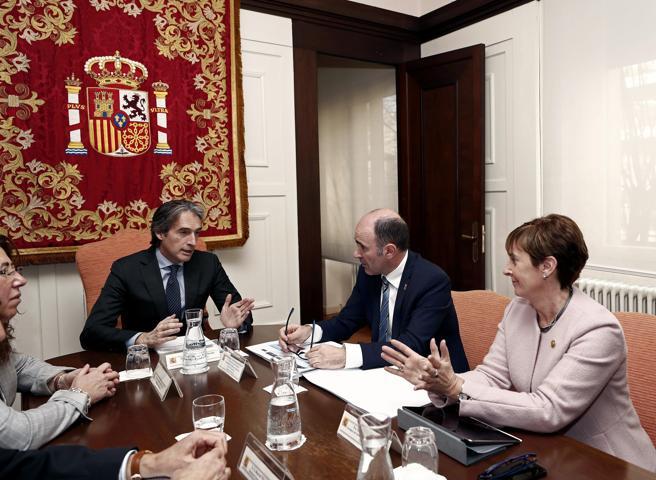 El ministro de Fomento, Íñigo de la Serna (c),junto al vicepresidente del Gobierno foral, Manu Ayerdi (2d), y la consejera vasca de Desarrollo Económico, Arantxa Tapia (d)